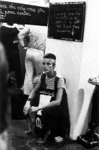 Alice Heyligers en sculpture vivante lors de l'exposition de Ben à la Galerie De La Salle, Vence, 1970