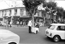 """Ben   photographie de la performance """"Manger au milieu de la rue"""", 1963   © Ben - ADAGP, Paris 2012   photographie : © DR   courtesy de l'artiste"""
