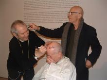 Ben, Michel Giroud Gerwulf, Jean Dupuy exécutant la performance <em>Tordons-nous en tondant</em>