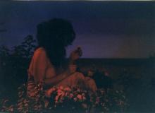 "Caroline Bouissou | photographie de la performance ""Flower-eater"", 2003 | © Caroline Bouissou | photographie : © Belen Garcia de la Vega | courtesy de l'artiste"
