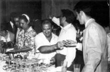 Raymond Hains distribuant son Gâteau Lapalissade