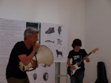 Lagalla crie dans un mégaphone, accompagné d'un guitariste