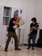 Lagalla, mégaphone et guitare