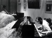 Marcel Pérès au piano et Bruno Mendonça au fond pendant la performance