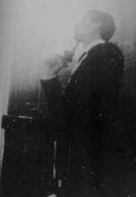 Photographie de l'action de 1964 lors du Festival de la Libre Expression à Paris.