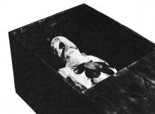Le double reposant dans son cercueil.