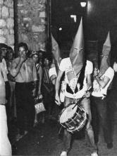 L'assemblée et la troupe des Vaguants lors du happening sur la place Godeau, Vence.