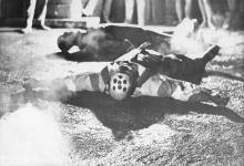 Pinoncelli et son double brûlé allongés sur le sol de la place