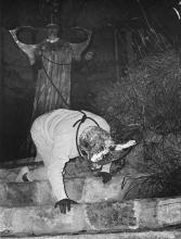Pinoncelli, un sac sur la tête, est tenu en laisse par la grande prêtresse Eliane Boeri