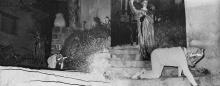 Pinoncelli, un sac sur la tête, est tenu en laisse par la grande prêtresse Eliane Boeri (montage photographique)