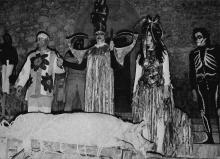 Pinoncelli, son double et la troupe des Vaguants sur la scène