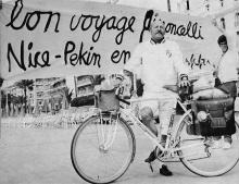 4 juin 1970 - Départ de Nice sur la promenade des Anglais sous une banderole peinte par Ben Vautier et avec la bicyclette spéciale Mercier.