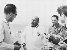 Pinoncelli interviewé avant son départ (de gauche à droite: le correspondant de l'A.F.P., Oldenbourg et Ben Vautier)