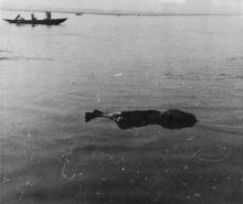 hotographie du voyage: cadavre sans tête dans le Gange à Bénarès