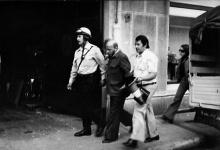 Pinoncelli emmené par la police après son arrestation, suite au Hold-up de la Société Générale
