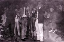 Matial Raysse à gauche, Raymond Hains avec la carabine