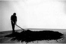 Bernar Venet réalisant une peinture goudron dans son atelier.