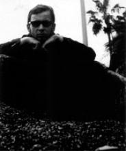 Bernar Venet posant sur un tas de charbon dans le jardin Albert 1<sup>er</sup> à Nice.
