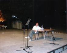 Bernar Venet lors de la performance à l'Espace de l'Art Concret